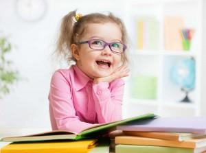 niña con gafas leyendo